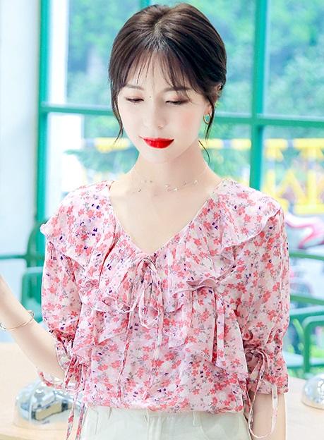 รูปภาพที่1 ของสินค้า : พรีออเดอร์ เสื้อผ้าแฟชัน่ เสื้อลายดอกไม้ เสื้อชีฟองแขนสั้น แต่่งระบายที่คอ คอวี สี ชมพูสด